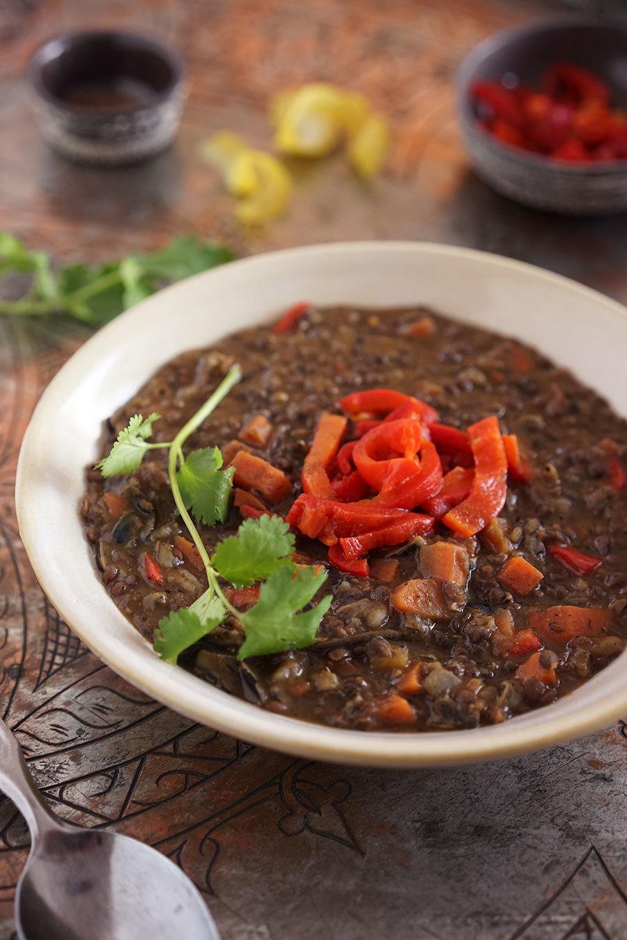 Soupes aux lentilles noires, riz sauvage et poivron rôti