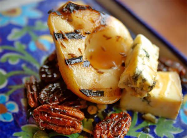 Poires grillées au cumin, Stilton et pacanes caramélisées