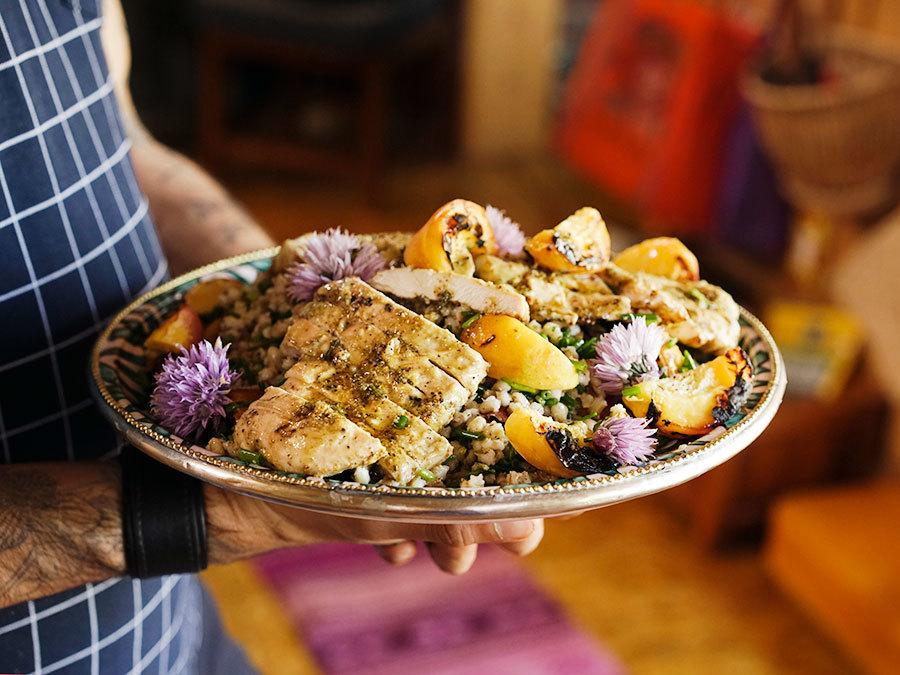 Salade d'orge au poulet et pêche grillées