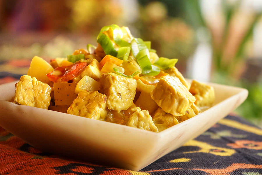 Gulai de tempeh et légumes