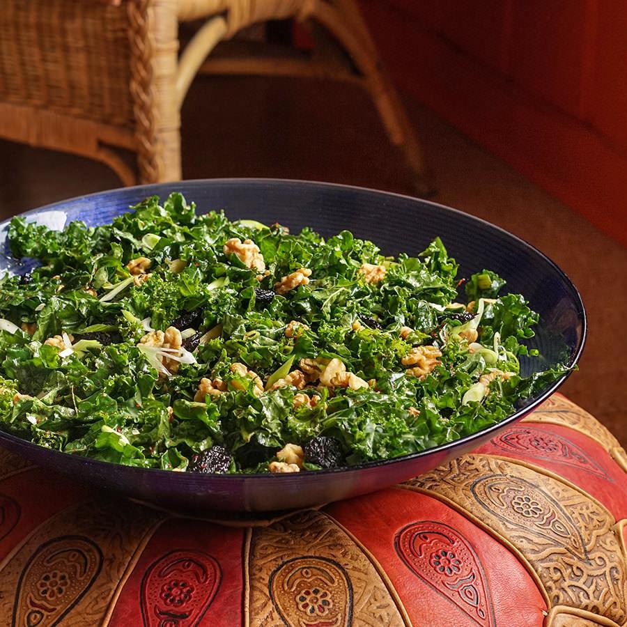 Salade de chou kale aux cerises séchées et aux noix