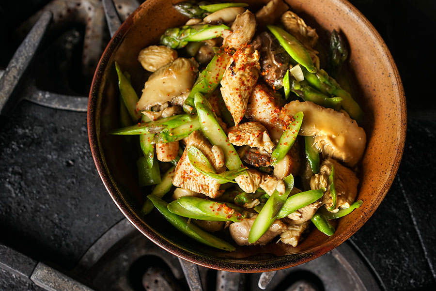 Poulet sauté aux asperges et shiitakés