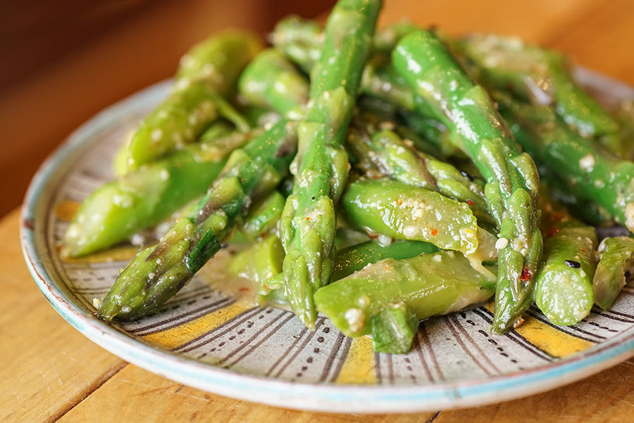 Salade d'asperges au miso et à l'érable
