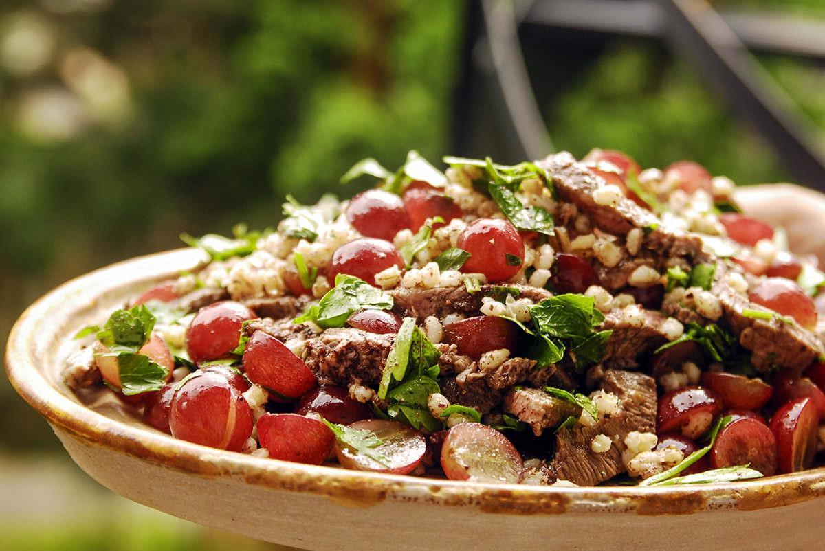 Salade d'orge, raisins et boeuf grillé