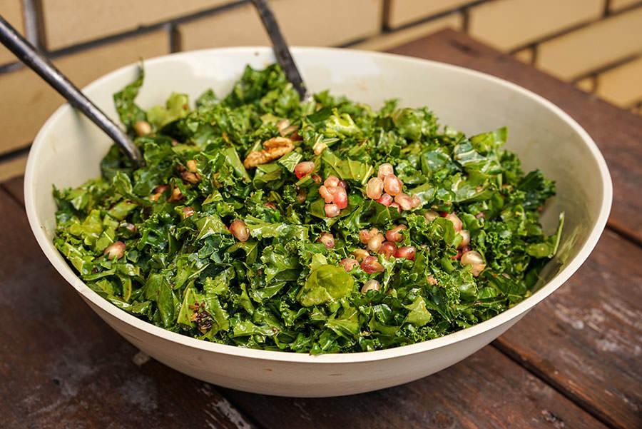 Salade de kale, grenade et noix