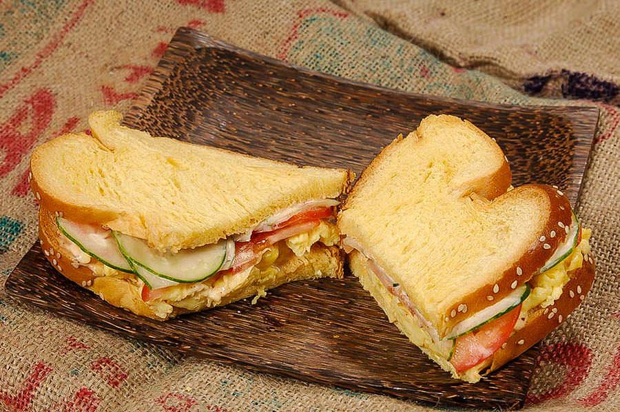 Sandwich aux oeufs et cari rouge