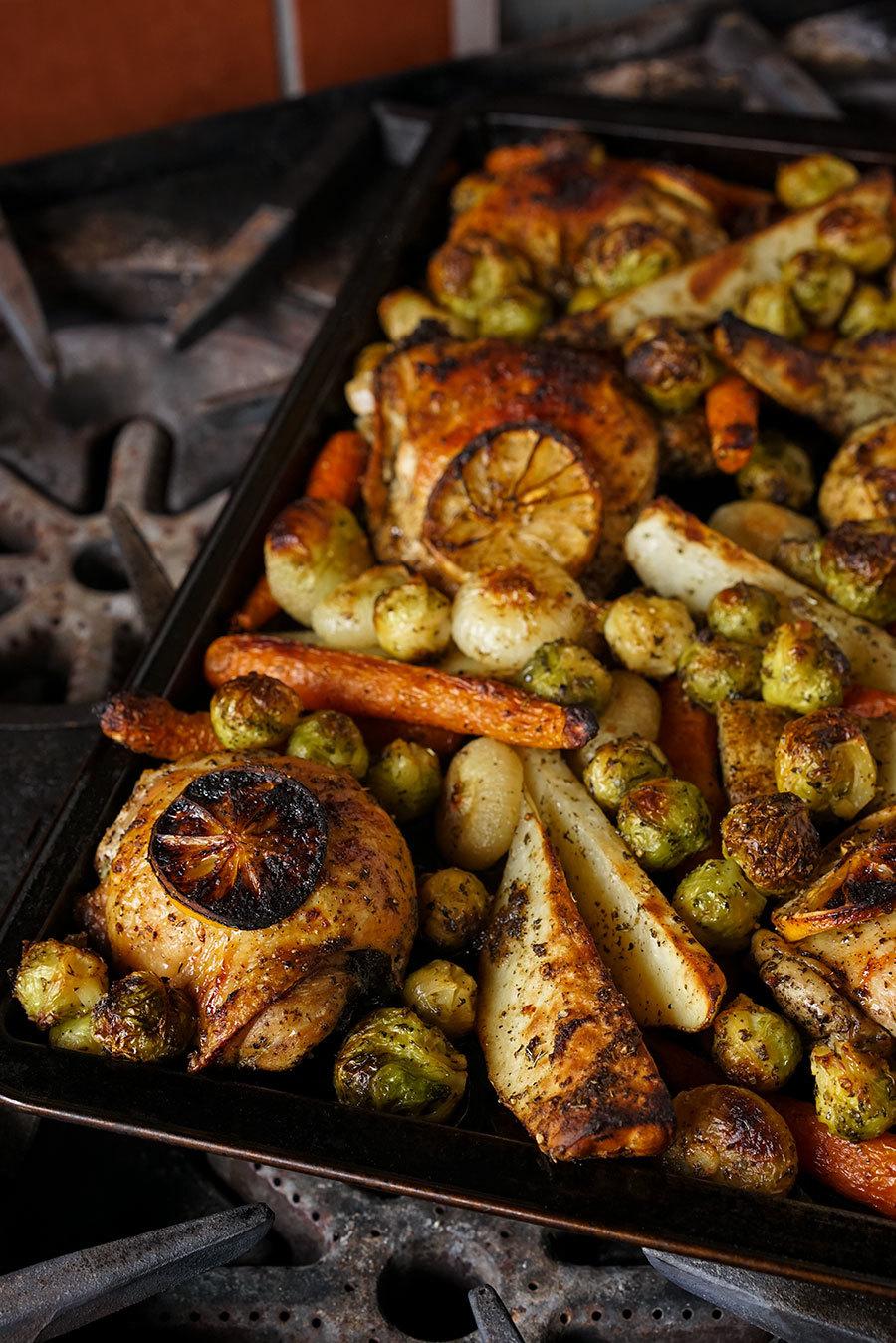 Plaque de poulet et légumes rôtis aux épices à tzatziki