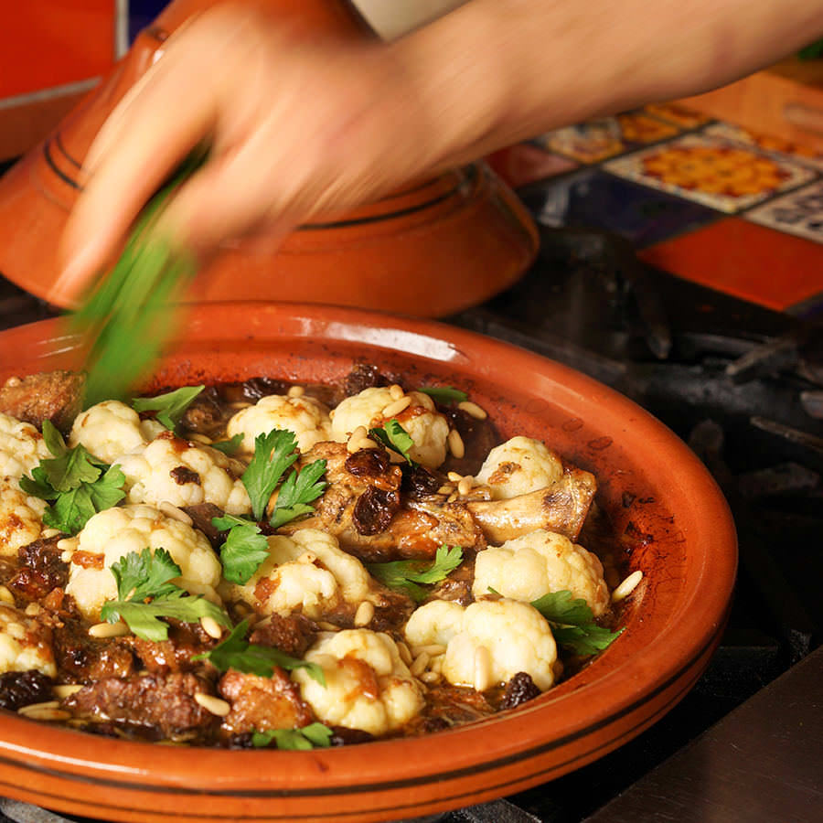 Tajine d'agneau chou-fleur, raisins secs et noix de pin