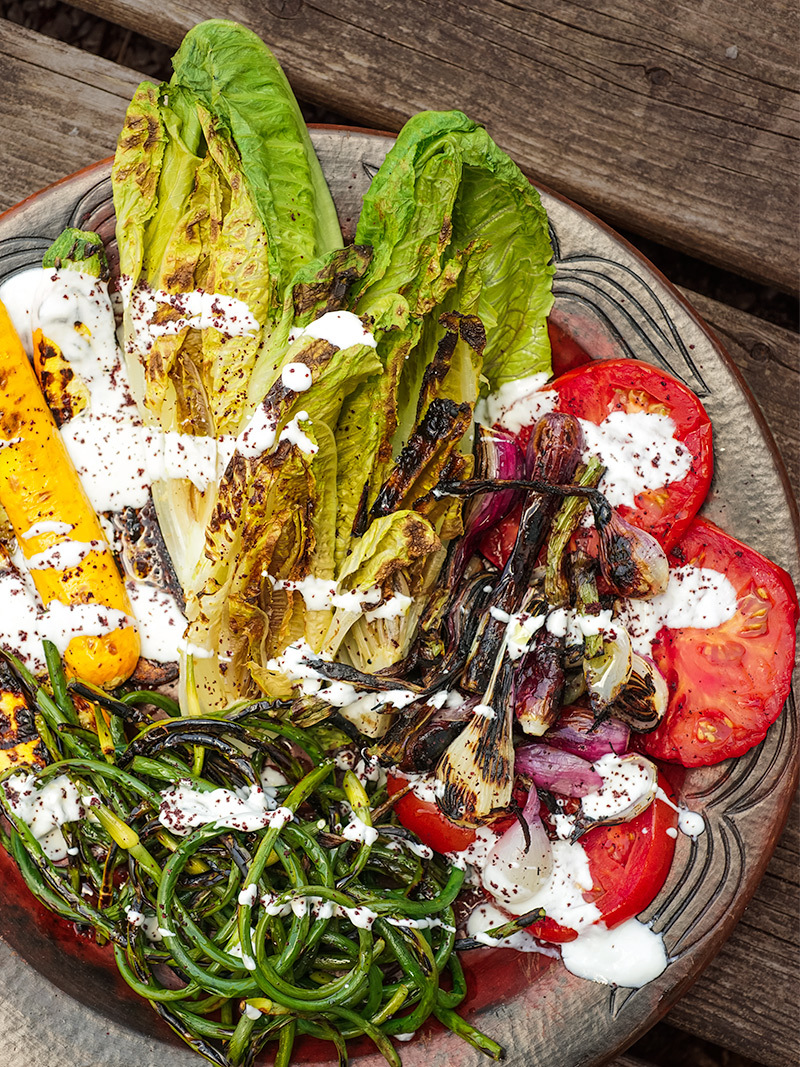 Laitue grillée et légumes d'été au sumac
