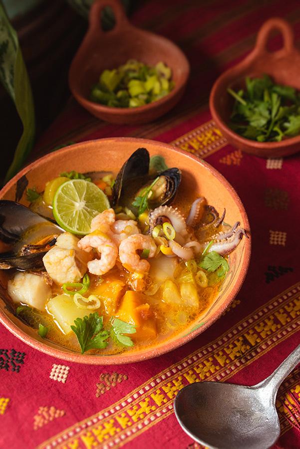 Chaudrée de poisson et fruits de mer à la péruvienne