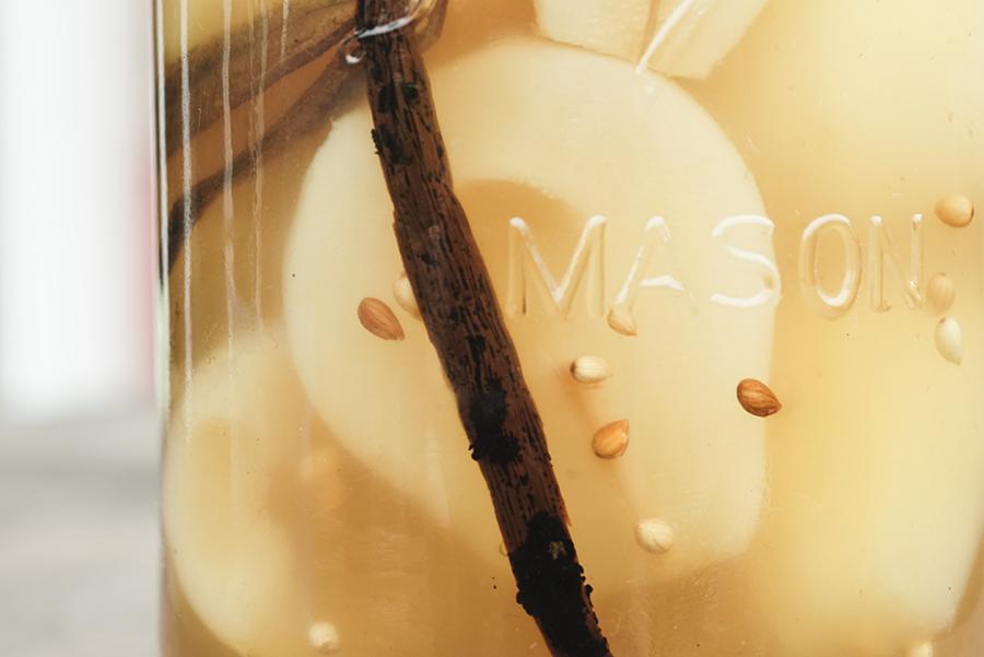 Poires pochées mahleb vanille