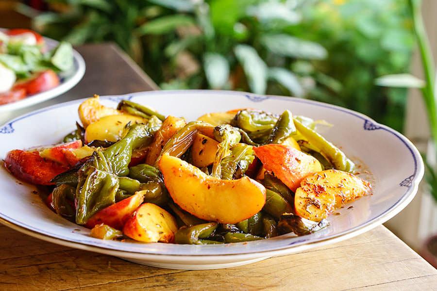 Salade de pêches et piments verts au cumin