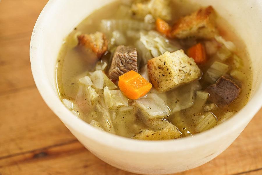 Soupe de boeuf, légumes et pain
